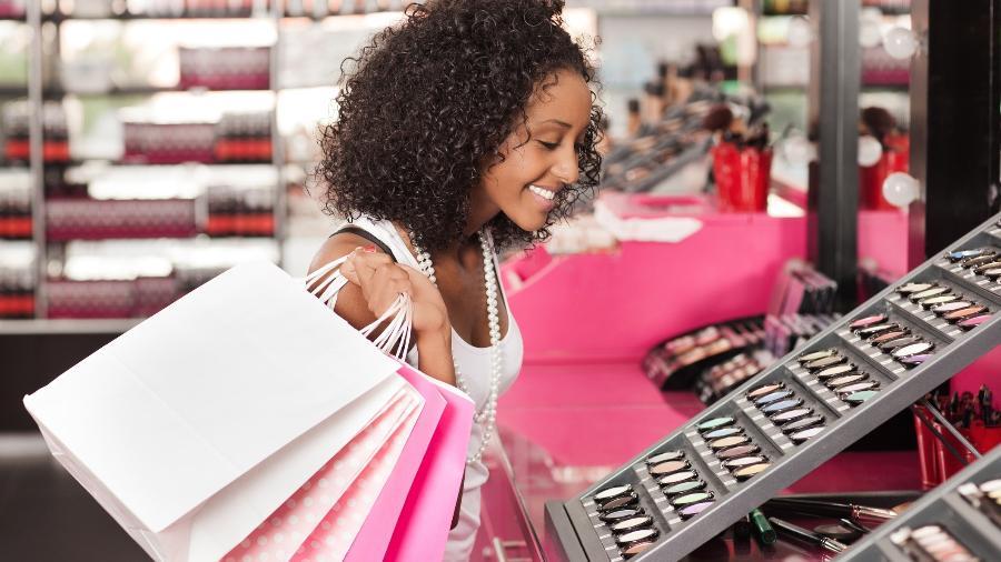 leilao_da_caixa_mulher_comprando_maquiagem